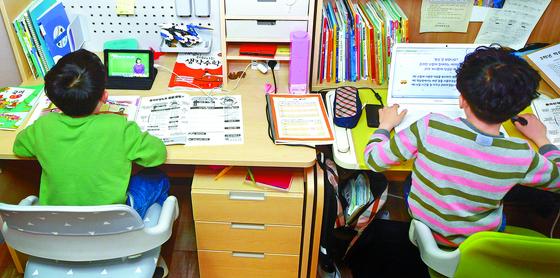 지난달 20일 오전 광주 남구 봉선동 한 가정집에서 한 초등학교 1학년, 3학년 학생이 온라인 개학에 맞춰 EBS 강의를 듣고 있다. 뉴시스