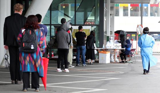 '이태원 클럽발' 신종 코로나바이러스 감염증(코로나19)이 확산되고 있는 15일 오전 서울 용산구 한남동 공영주차장에 마련된 도보형 이동형(워킹스루) 선별진료소를 찾은 시민들이 문진표 작성을 하기 위해 줄을 서 있다. 뉴스1