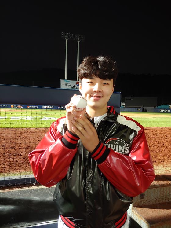 LG 이민호가 21일 대구 삼성전에서 프로 데뷔 첫 승을 올린 뒤 기념구를 들고 환하게 웃고 있다. 사진=LG 제공