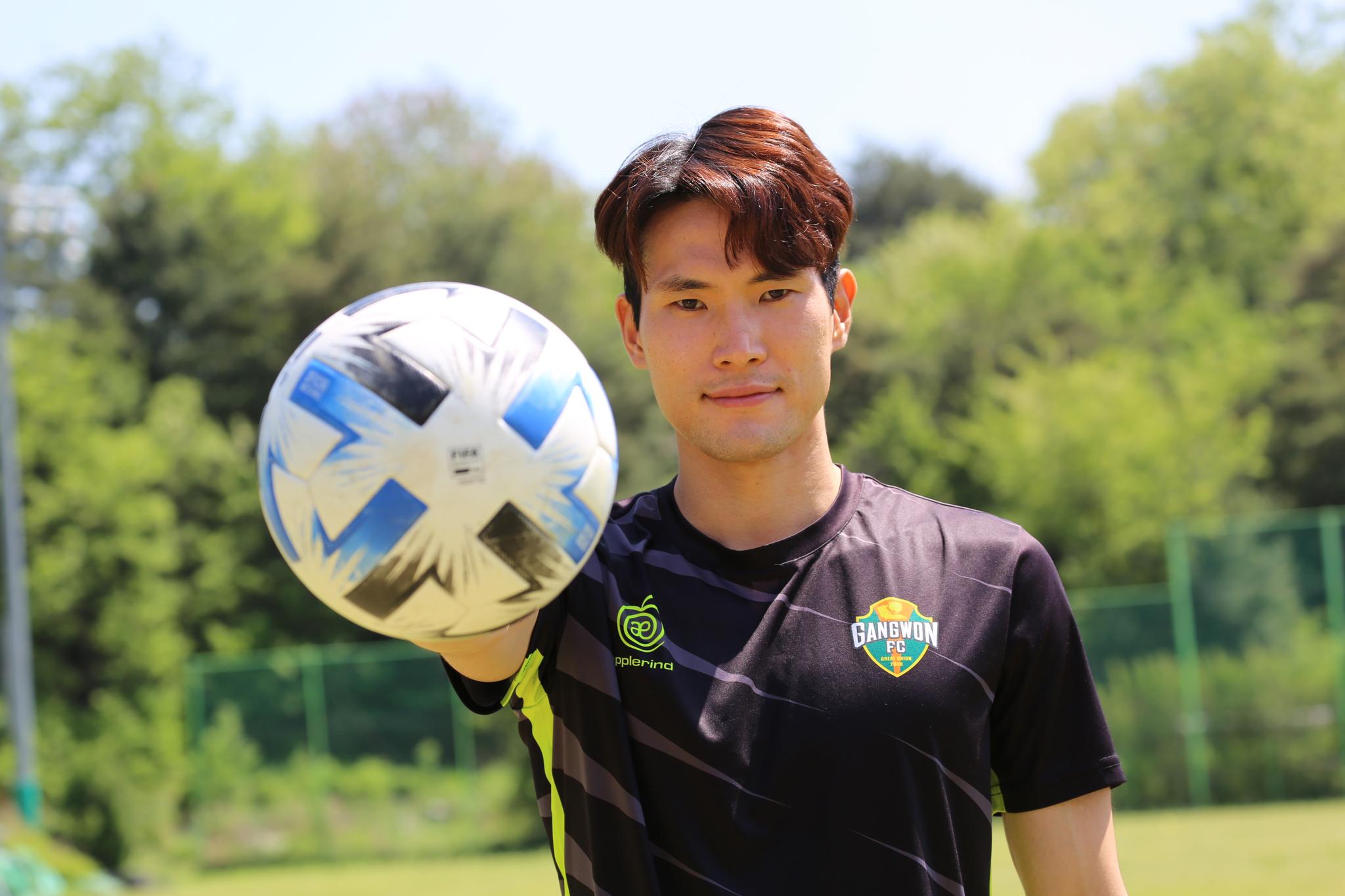 프로축구 강원FC의 중원을 책임지고 있는 한국영. 그는 정확한 패스와 왕성한 활동량으로 공수 연결고리 역할을 한다. [사진 강원FC]