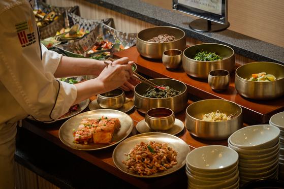 한옥 호텔 경원재 앰배서더 인천의 조식 뷔페에는 다양한 한식이 깔린다. 대표 메뉴는 갖은 나물을 넣고 비벼먹는 '강된장 나물 비빔밥'이다. [사진 경원재 앰배서더 인천]