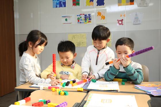 CMS영재교육센터 학생들이 교구를 이용해 수의 원리를 깨닫고 있다. 사진 씨엠에스에듀