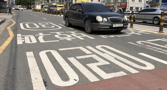 지난 21일 두 살배기 남자아이가 불법 유턴을 하던 차량에 치여 숨진 전북 전주시 반월동 한 어린이 보호구역. 뉴스1