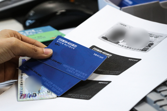 경기도가 1인당 10만원씩 지급하는 재난기본소득에 대한 현장 신청을 시작한 지난달 20일 경기도 양주2동 주민센터에 마련한 접수창구에서 시민들이 선불카드를 신청하고 있다. 뉴스1