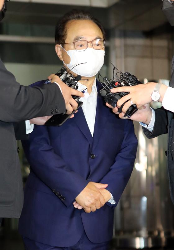22일 오후 10시 경찰 조사를 받고 부산경찰청을 나서면서 기자들의 질문에 간단히 답하는 오거돈 전 시장. 송봉근 기자