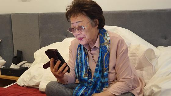 이용수 할머니의 측근 B씨가 자신의 페이스북에 할머니가 마이크 혼다 전 미국 하원의원과 통화하는 모습과 영상을 게재했다. [사진 B씨 페이스북 캡처]