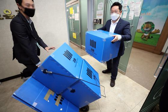 22일 오후 경기도 과천시 신천지 총회본부에서 압수수색을 마친 검찰이 압수품이 담긴 상자를 가져 나오고 있다. 연합뉴스