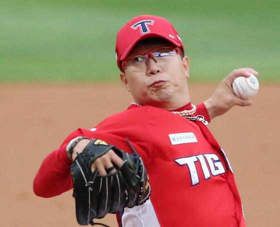 KIA 선발 투수 양현종이 22일 인천 SK전에서 역투하고 있다. [연합뉴스]