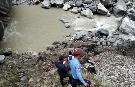 지난달 22일 네팔인 가이드의 시신이 발견된 히말라야 안나푸르나 눈사태 사고 현장 수색 모습. 연합뉴스