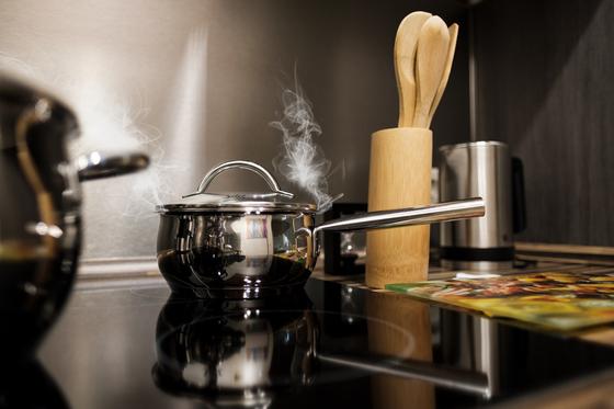 인생 제2막의 식생활을 혼자 힘으로 즐겁게 해결했으면 하는 바람에서 만들어진 남자 요리교실. 우여곡절 끝에 착실히 주요 클래스로 성장해온 최근에는 '남자의 부엌'이라는 어디에나 있을 법한 이름으로 자리 잡았다. [사진 Pixabay]