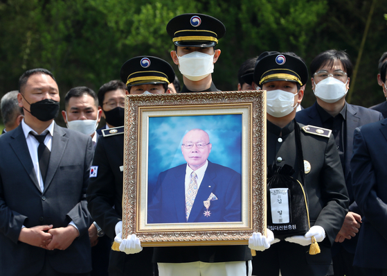 프로레슬러 고 김일의 안장식이 22일 국립대전현충원 국가사회공헌자 묘역에서 열렸다. [연합뉴스]