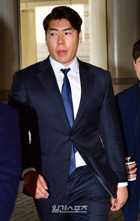 2017년 3월 열린 재판에 참석하고 있는 강정호의 모습. 강정호는 음주운전 3회 적발 이력이 있다. KBO 리그에 복귀하려면 이 부분에 대한 징계를 소화해야 한다. IS 포토