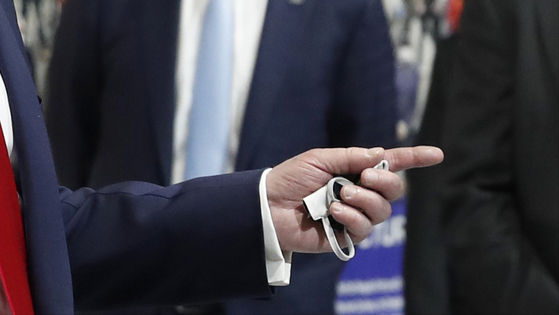 도널드 트럼프 미국 대통령이 21일(현지시간) 미시간주에 위치한 포드 자동차 공장에서 마스크를 손에 쥐고 있다. [AP=연합뉴스]