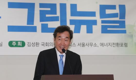 더불어민주당 이낙연 코로나19국난극복위원장이 지난 6일 오후 서울 여의도 국회 의원회관에서 열린 '포스트 코로나 시대와 그린뉴딜' 토론회에서 축사를 하고 있다. [연합뉴스]