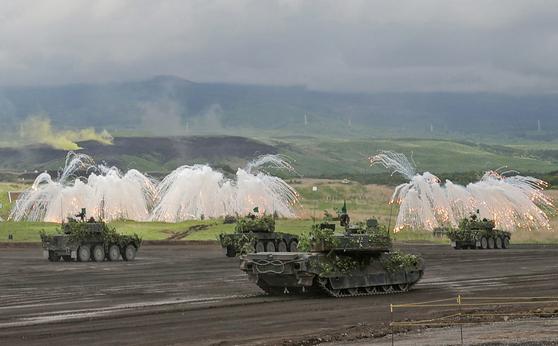 일본 육상자위대의 탱크가 23일 시즈오카현 히가시후지연습장에서 열린 후지 종합화력연습에서 기동하고 있다. [연합]