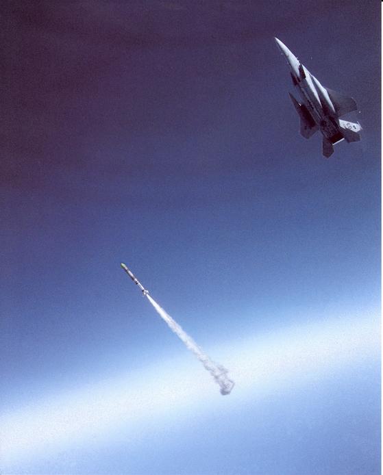1985년 9월 미 공군 F-15A 전투기에서 발사되는 위성 요격 미사일 [사진 미 공군]