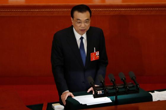 리커창 중국 총리가 22일 중국 베이징 인민대회당에서 열린 전국인민대표대회에서 정부 업무보고를 하고 있다. [로이터=연합]