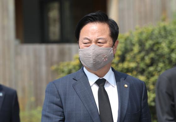 지난 4월16일 김두관 더불어민주당 의원이 양산시을 선거구에 당선된 뒤 김해 봉하마을을 방문해 권양숙 여사를 예방한 후 나오고 있다. [연합]