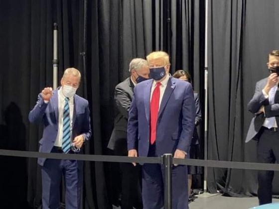 21일(현지시간) 미시간주 포드 자동차 공장을 시찰한 도널드 트럼프 미국 대통령이 마스크를 착용한 모습이 카메라에 포착됐다. 미국 NBC방송을 통해 공개된 이 모습은 트위터를 통해 빠르게 확산됐다. 트위터