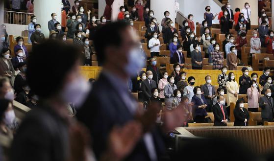 이태원 클럽발 신종 코로나바이러스 감염증(코로나19) 집단감염이 확산되는 가운데 지난 17일 서울의 한 교회에서 신도들이 예배를 보고 있다. 이 사진은 기사와 관련이 없음. [연합]