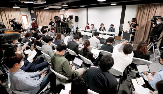11일 오전 서울 마포구 인권재단 사람에서 정의기억연대가 일본군 위안부 피해자 기부금 관련 논란에 관한 기자회견을 하고 있다. 장진영 기자