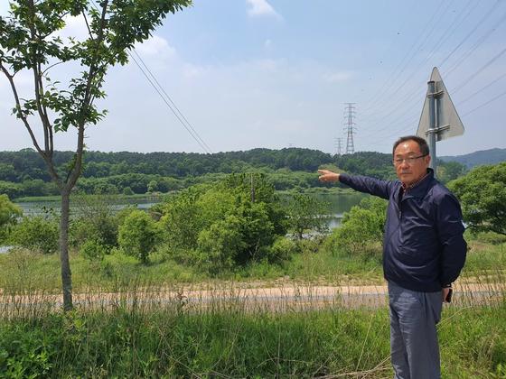 오상진 현도면 이장단협의회장이 지난 22일 중척리 강변에서 하수처리장 예정 부지를 가리키고 있다. 최종권 기자