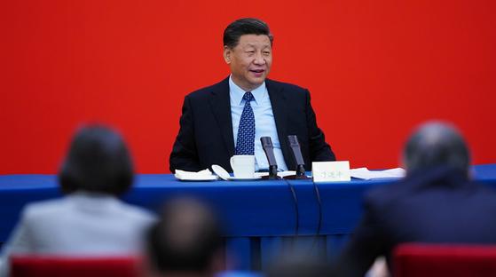 시진핑 중국 국가주석이 23일 베이징에서 정치협상회의의 경제계 인사들과 만나 의견을 나누고 있다. 시 주석은 이 자리에서 코로나 극복에 중국의 농업이 중요한 역할을 했다고 말했다. [중국 신화망 캡처]