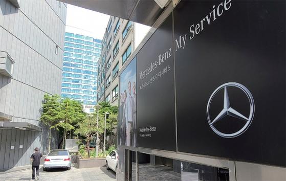 환경부는 지난 5월 6일 메르세데스-벤츠 코리아가 2012~2018년 판매한 일부 디젤차종에서 배출가스 조작이 이뤄졌다고 밝혔다. 사진은 서울 강남구의 한 벤츠코리아 전시장 모습. / 사진:뉴스1
