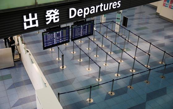 지난달 29일 일본 도쿄 하네다 국제공항의 출국장 모습. 일본이 사실상 전 세계를 대상으로 입국제한 조치를 실시하고 있어서 공항은 텅 빈 상황이다. [로이터=연합뉴스]