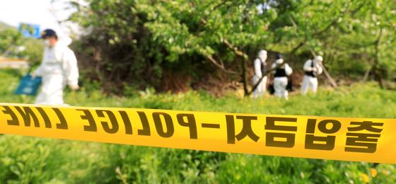 지난 12일 오후 전북 완주군 상관면 한 과수원에서 지난달 18일 전주 한옥마을 부근에서 실종된 20대 부산 여성의 시신이 발견돼 경찰이 현장 감식을 하고 있다. 뉴스1