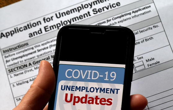 미국에서는 코로나 19 영향으로 실업자가 급증하고 있다. 이에 실업수당을 청구하는 사람들이 늘면서 실업수당을 노린 사이버 범죄도 발생했다. [AFP=연합뉴스]