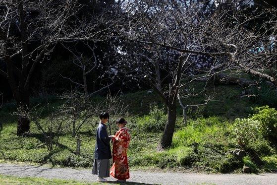 지난 3월 일본 도쿄의 규시바리큐온시 정원에서 한 커플이 웨딩 사진을 찍고 있다. [AP=연합뉴스]