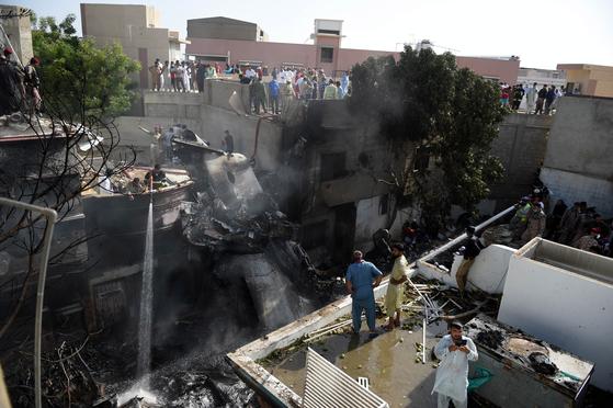 파키스탄 남부 카라치의 진나공항 인근 주택가에서 22일 오후 발생한 파키스탄국제항공(PIA) A320 여객기 추락 사고 현장. EPA=연합뉴스