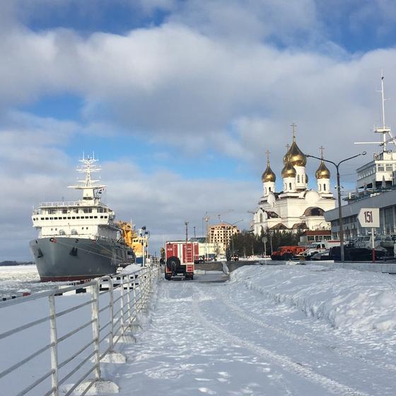 러시아 아르한겔스크의 성당과 항구. 3월인데도 항구가 얼어있다. [사진 한국해양수산개발원]