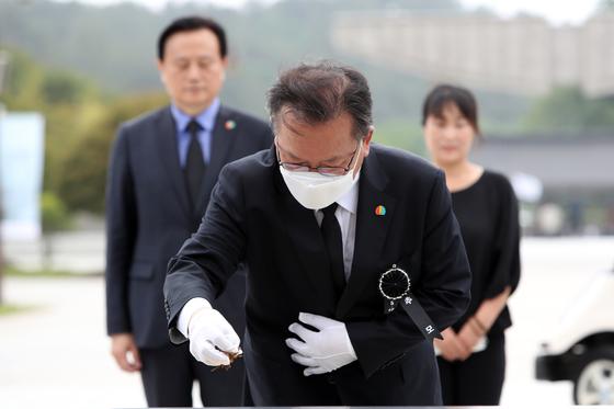 5·18 민주화운동 40주기인 18일 김부겸 더불어민주당 의원이 광주 북구 운정동 국립 5·18민주묘지를 참배, 분향하고 있다. 뉴스1