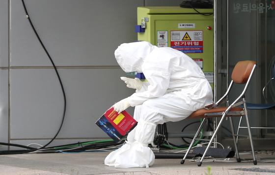 지난 22일 오후 서울 중랑구 서울의료원 호흡기안심진료소에서 의료진이 잠시 휴식을 취하고 있다. 연합뉴스