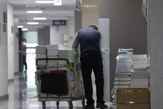 30일 21대 국회 개원을 앞두고 서울 여의도 국회 의원회관에서 미화 관계자가 의원실에서 짐을 빼고 있다 [뉴시스]