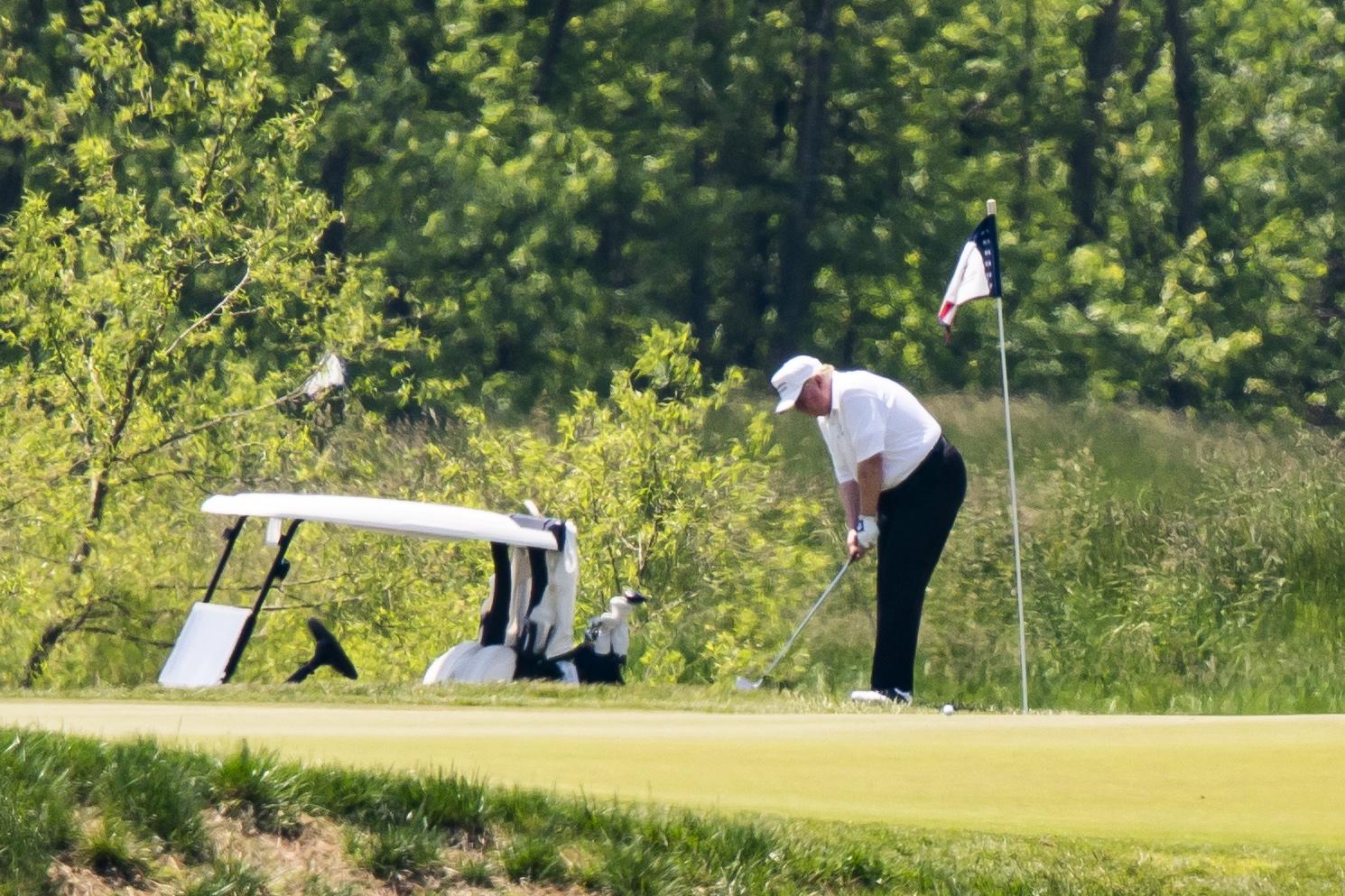 도널드 트럼프 미국 대통령이 23일(현지시간) 트럼프 내셔널 골프 클럽에서 골프를 치고 있다. [EPA=연합뉴스]