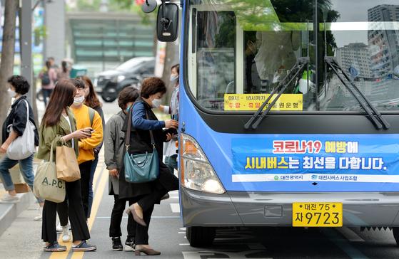 대전시 버스정류장에서 시민들이 마스크를 착용한 채 버스에 오르고 있다. 프리랜서 김성태