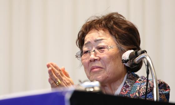 일본군 위안부 피해자 이용수 할머니가 25일 오후 대구 수성구 만촌동 인터불고 호텔에서 열린 기자회견에서 발언하고 있다. 연합뉴스