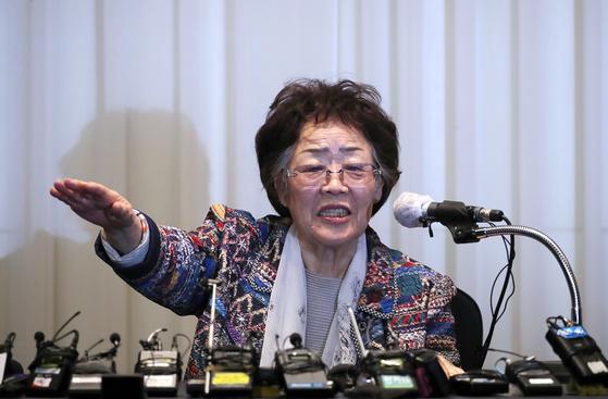 일본군 위안부 피해자 이용수 할머니가 25일 오후 대구 수성구 만촌동 인터불고 호텔에서 기자회견을 하고 있다. 뉴스1