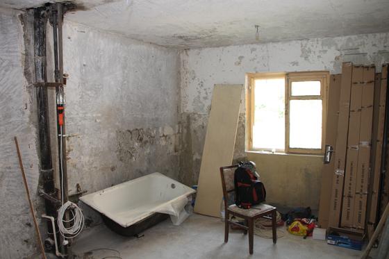 오래된 아파트를 매입해 A업체에 리모델링 공사를 맡긴 조 씨. 그런데 공사 이후 곰팡이가 발견되고 얼마지나지 않아 창이 기울어졌는데도 A업체는 하자가 없다며 추가 비용을 요구해왔다.[사진 pxhere]