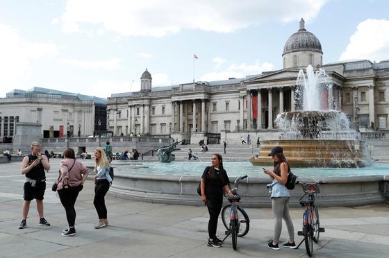 지난 3월 영국 런던 트래팔가 광장에 사람들이 지나가고 있다. 로이터=연합뉴스