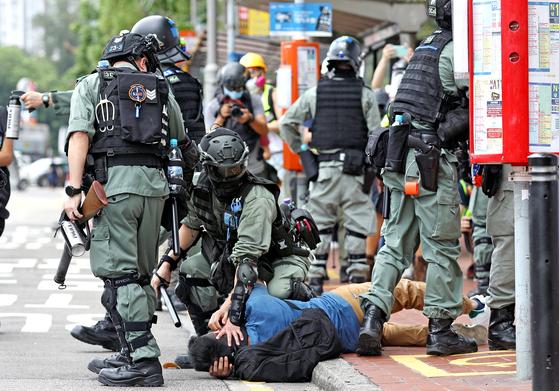 중국 전국인민대표대회가 홍콩 국가보안법안 상정을 강행하자 홍콩 시민들이 다시 거리 시위에 나섰다. 미국은 마이크 폼페이오 국무장관이 홍콩 특별지위 박탈 카드를 꺼내는 등 중국 압박에 나서고 있다. 24일 시위대를 진압하는 홍콩 경찰. [EPA=연합뉴스]