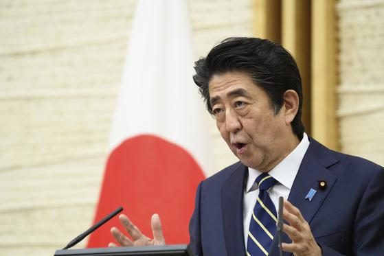 지난 14일 아베 신조 일본 총리가 47개 광역단체 가운데 39개 지역에서 코로나 긴급사태선언을 해제하는 내용의 기자회견을 하고 있다. 아베 총리는 25일 일본 전역의 긴급사태를 전면 해제했다. [AP=연합뉴스]