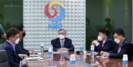 최원현 한국야구위원회(KBO) 상벌위원회 위원장(가운데)이 25일 상벌위원들과 강정호 징계를 논의했다[뉴스1]