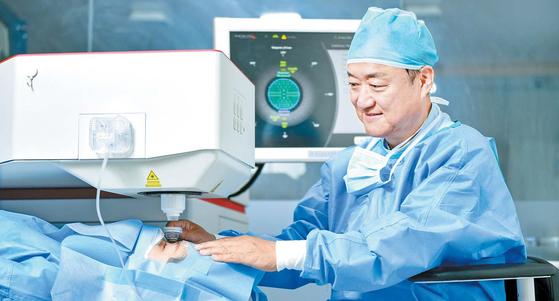 서울밝은세상안과는 레이저 장비의 정교함에 의료진의 기술력을 더해 백내장 수술의 정확도를 높인다. 이종호 대표원장이 레이저 장비로 환자 상태를 살피고 있다. 김동하 객원기자