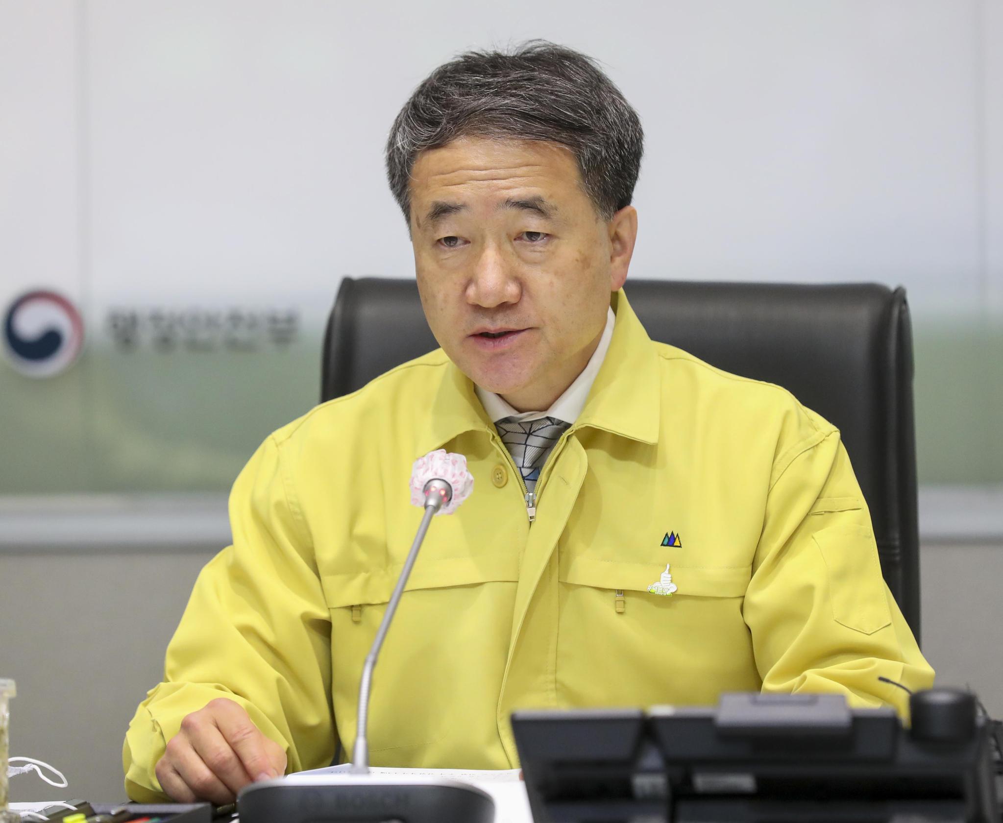 박능후 중앙재난안전대책본부 1차장(보건복지부 장관)이 25일 오전 서울 종로구 정부서울청사에서 열린 '코로나19 중앙재난안전대책본부회의'에 참석해 발언하고 있다. 뉴시스