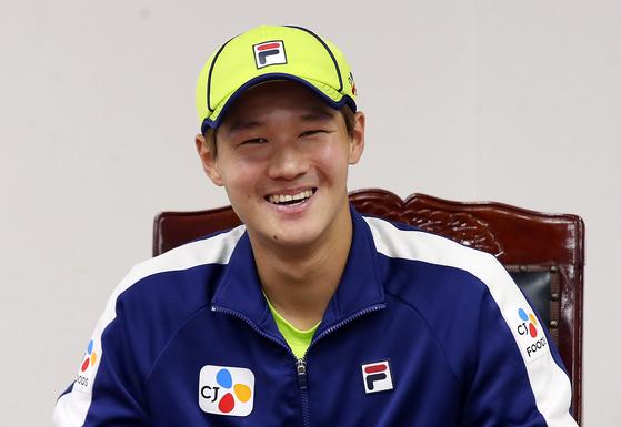 한국 테니스 간판 권순우가 25일 올림픽공원 테니스장에서 공개훈련을 하고 인터뷰를 하고 있다. [사진 대한테니스협회]