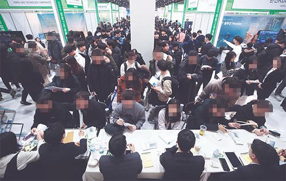 올초 서울 서초구 at센터에서 열린 채용정보 박람회에서 구직자들이 채용 관련 상담을 받는 모습. [연합뉴스]